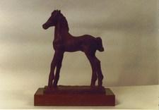 Hest i messing på tresokkel som utgjør Bastianprisen. foto.