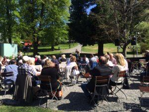 Knut, Bill og mange tilhørere i solen i Søndre Park