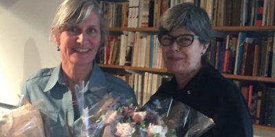 Kristin Sørsdal med blomster og Ika Kaminka.foto