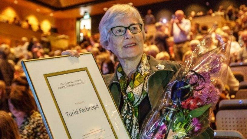 Turid Farbregd med diplom og blomst.foto