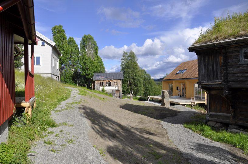 to hvite og et okergult hus foto.