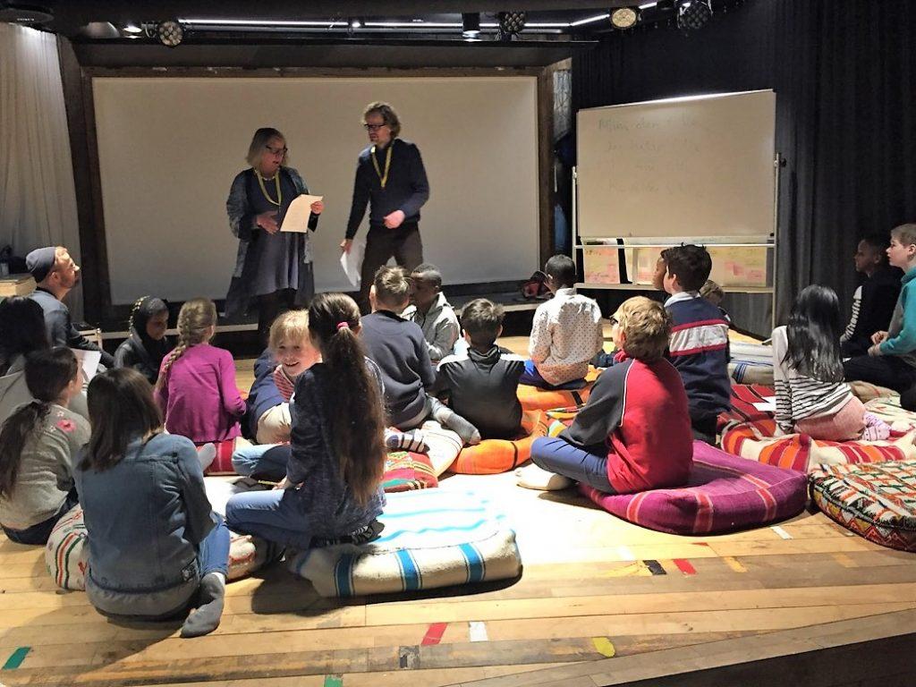 Cecilie Winger og Tor Tveite forteller for skoleklasse. foto