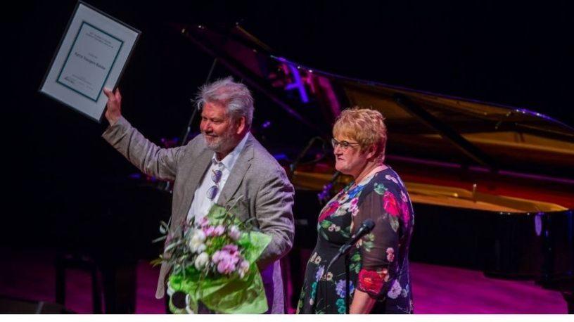 Kyrre Haugen Bakke med diplom og kulturministeren.foto