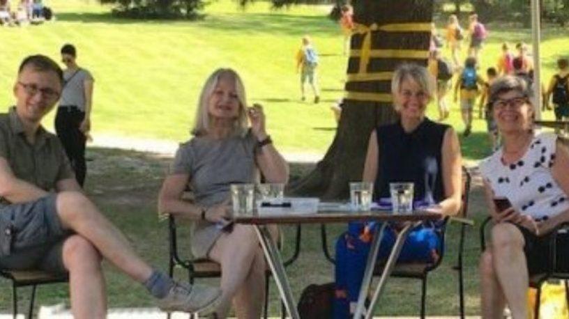 Magne Tørring, Mette Holm, Anne Lande Peters og Ika Kaminka i parken.foto