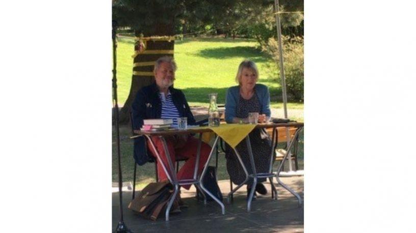 Kyrre Haugen Bakke og Janneken Øverland i samtale parken.foto