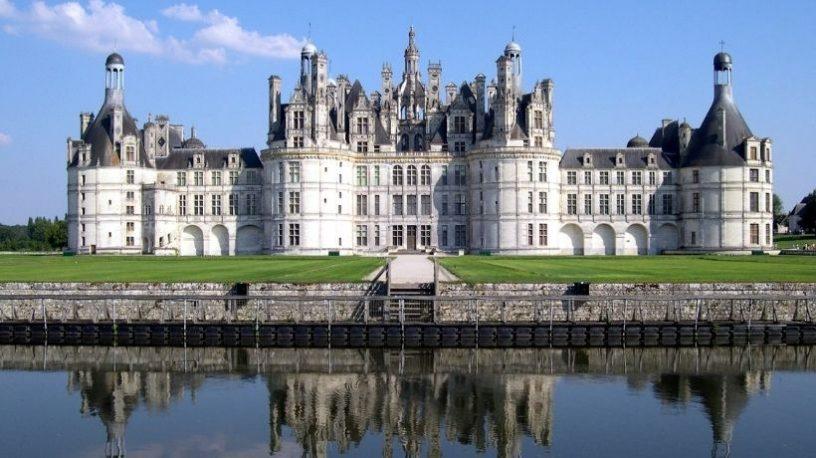 Château Chambord med vann foran.foto
