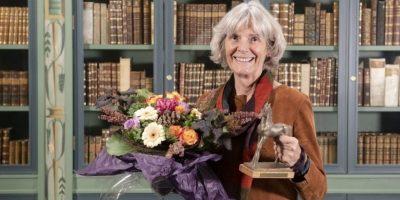 Kari Bolstad med blomster og Bastian-fole. foto