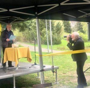 Lars Moa på scenen i parken